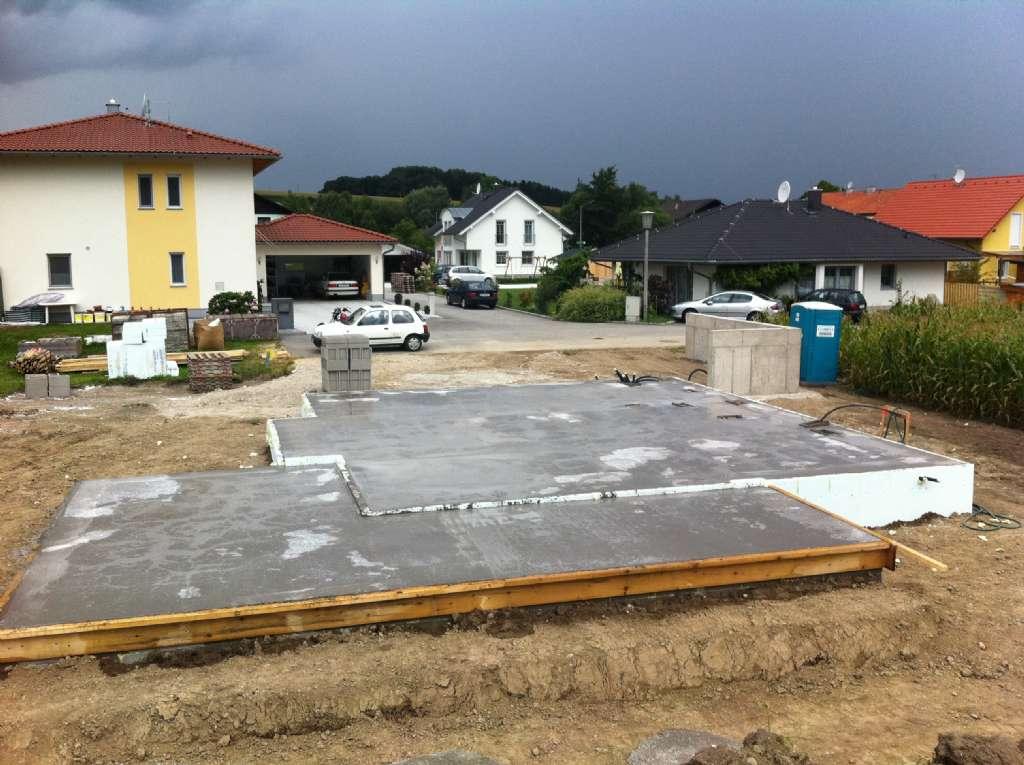 bodenplatte aufbau fundament aufbau eines streifenfundaments mit beton als energiespeicher. Black Bedroom Furniture Sets. Home Design Ideas