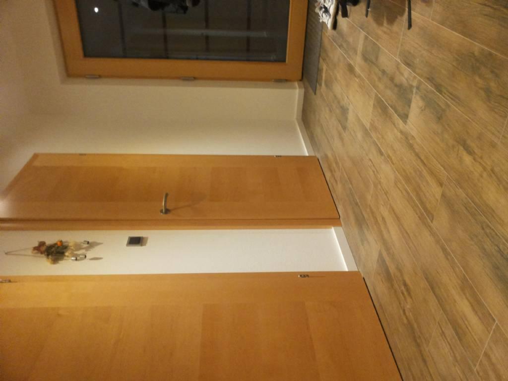 wei e holzsockelleisten bei fliesenboden bauforum auf. Black Bedroom Furniture Sets. Home Design Ideas