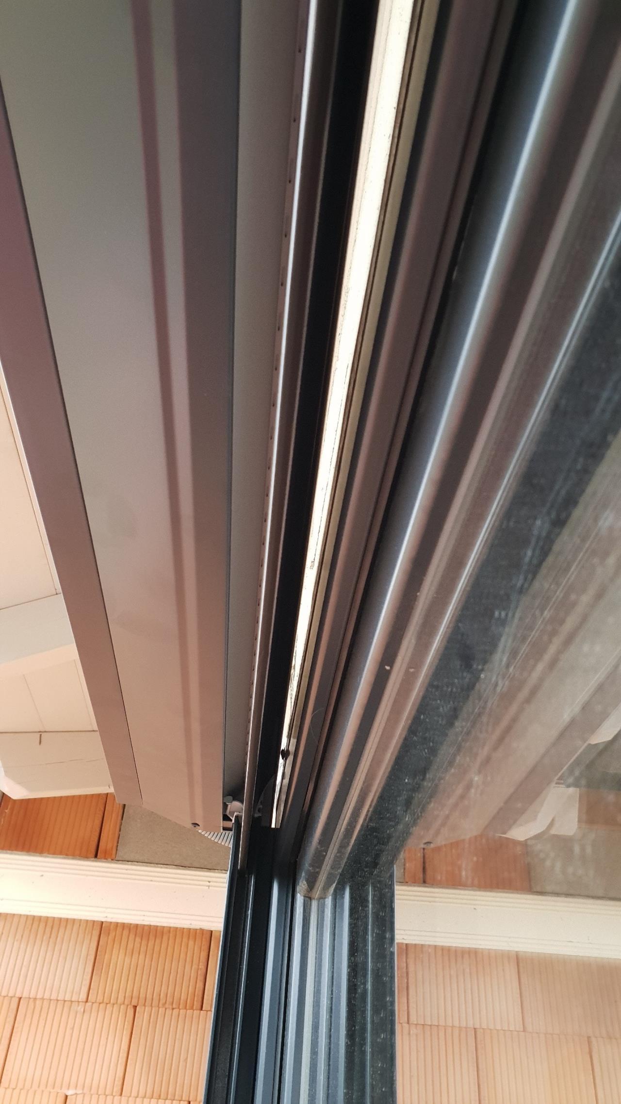 spalt zwischen rolladen raffstorkasten und sturzd mmung d mmen fensterforum auf. Black Bedroom Furniture Sets. Home Design Ideas